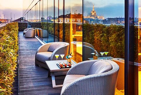 유명 패션 브랜드인 아르마니의 이름을 건 두번째 호텔로 조르지오 아르마니가 세심하게 선택한 각종 소품 및 조각품들로 장식된 감각적인 럭셔리 호텔이다.<br> <br> 고객 편의를 극대화 하기 위한 편안한 쇼파, 라운지 의자, 아이팟 컨트롤 룸 서비스 시스템 등의 첨단 시스템을 갖추고 있다.<br> <br>  고급 패션 브랜드들이 모여있는 밀라노 최고의 쇼핑 중심지인 몬테나폴레오네 거리 인근에 위치하여 쇼핑과 관광에 매우 편리하며 스칼라 극장, 두오모, 브레라 지구 등 주요 관광지까지 도보로 쉽게 이동할 수 있다.