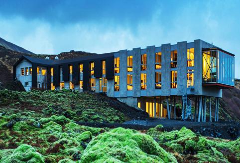 레이캬비크에서 자동차로 1시간 가량 떨어진 곳에 위치한 이온 호텔은 골든 써클로 불리오는 씽벨리르 국립 공원 인근에 자리잡고 있습니다. <br>어디에서도 만날 볼 수 있는 독특한 자연 풍경과 세련된 디자인을 갖추고 있어 최근 아이슬란드를방문하는 여행자들에게 인기가 많은 호텔입니다.<br>고급스러운 객실과 훌륭한 레스토랑과 아름다운 풍경이 있는 Northern Lights bar, Lava Spa까지어드벤쳐와 휴양을 즐기기에 적합한 호텔입니다.