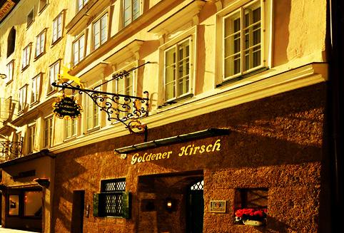 황금사슴이란 뜻의 골드너 히르쉬 호텔은 잘츠부르크를 대표하는 호텔입니다.<BR><BR> 600년된 역사를 가지고 있으며 잘츠부르크의 중심인 게트라이데가세에 위치해 있습니다. <BR><BR>고풍스러운 건물 그대로는 살리면서 투숙객의 편의성을 최우선으로 생각해서 다시금 새로운 호텔로 리노베이션 되었습니다. <BR><BR>카라얀을 비롯한 유명한 음악가들과 배우들이 이 호텔을 찾았습니다.<BR><BR> 아기 자기한 각종 소품들과 오스트리아를 표현하는 앤틱한 가구들로 구성된 호텔내부는 그 자체에서 고급스러움을 표현하고 있습니다. <BR><BR>하지만 무엇보다 투숙객에 대한 이들의 배려와 서비스 마인드가 다시금 이 호텔을 찾게 되는 이유인듯 합니다.