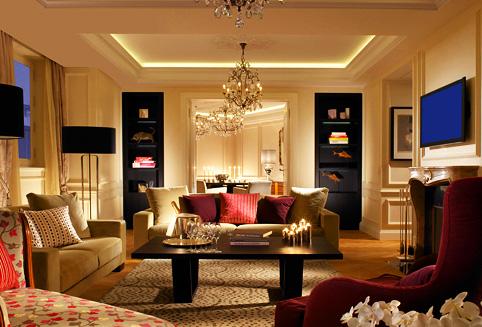 베른 중앙역 바로 앞에 위치한 슈바이처호프 베른 호텔은 150년의 역사를 가진 5성급 슈페리어 호텔입니다.<BR><BR>럭셔리 호텔을 대표하는 리딩호텔 멤버이며 객실 어메니티는 불가리용품을 사용합니다. <BR><BR>객실 미니바는 모두 무료(알콜제외)로 제공되며 수시로 체크해서 채워놓습니다. <BR><BR> 이 호텔은 2011년 4월 새롭게 오픈했으며 클래식한 외관에 모던하고 아늑한 객실이 조화롭게 이루어져 있습니다.<BR><BR>특히 이곳 레스토랑은 다양한 유명인사들이 다녀갔으며 그 이름들이 레스토랑 곳곳에 새겨져 있습니다.