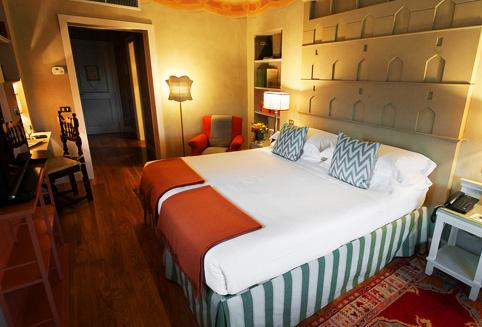 중세 도시로 유명한 피렌체의 가장 고급스러운 거리로 유명한 토르나부오니 거리에 위치한 히스토릭 호텔입니다.  <br> 오랜 된 탑이란 호텔 이름에서 알 수 있듯이 이 곳의 역사는 몇 세기를 거슬러 올라가야 할 정도입니다.<br><br>  피렌체의 유명 가문인 Guelf 의 굴곡진 역사만큼이나 많은 이야기를 품고 있는 곳으로 건물 내부 곳곳에 오래 흔적이 보이지만 결코 빛 바랜 모습을 보여 주지 않습니다. <br><br>  높은 천장, 현대적인 색감과 앤틱한 소품들로 장식되어 있어 단정하고 우아한 모습으로 여행객을 맞아 주고 있습니다.<br> 루프 테라스에서 바라보는 피렌체의 구시가의 모습은 중세 시대로 여행을 온 듯한 착각마저 들게 할 정도로 매력적입니다.
