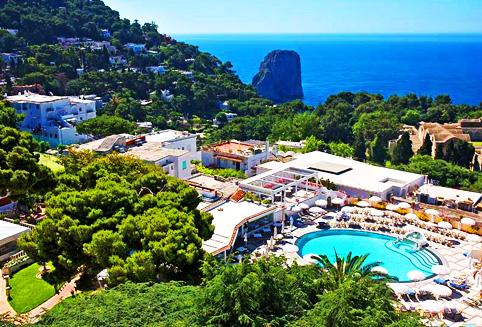 이탈리아의 수 많은 휴양지 중 많은 여행자들의 사랑을 받고 있는 카프리 섬은 규모는 작지만 고급 스러운 마을입니다.<BR>퀴시사나 카프리 호텔은 이런 카프리 섬의 여러 호텔 중 단연 최고라 불리 우는 호텔로 세계적인 명성을 자랑하는 리딩 호텔 멤버 중에 한 곳입니다.<BR><BR>고급스러운 시설과 아름다운 풍경 덕분에 백 오십년이라는 시간 동안 카프리 섬의 최고의 호텔로 자리 잡고 있습니다. <BR><BR>카프리 마을 중심에 위치한 편리한 위치 뿐만 아니라 카프리 섬을 둘러 쌓고 있는 푸른 바다를 호텔 곳곳에서 만나 볼 수 있습니다. <BR>객실 내부는 지중해 특유의 화려하고 발랄한 분위기와 더불어 우아한 분위기가 투숙객들의 마음을 사로 잡는 곳입니다.