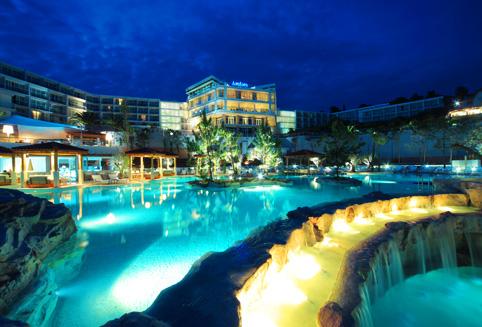 아드리아해의 아름다운 흐바르섬 해변가에 위치한 4성급 리조트 호텔로서 스파시설과 실내외수영장 및 바다수영장을 보유한 호텔입니다.<BR><BR>호텔 룸에서 바라보는 너무나 아름다운 아드리아해 전경이라말로 로맨틱한 여행을 완성하게 됩니다.<BR><BR> 진정한 휴양을 즐기기시엔 너무나 아름다운 전망이 있는 암포라 호텔&리조트로 오세요~