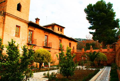 안달루시아 지역의 대표적인 여행지 그라나다를 여행 하는 목적은 이슬람 건축물의 걸작으로 평가 되는 알함브라 궁전을 여행하기 위해서라고 말해도 과장은 아닙니다.<br><br>바로 이런 알함브라 궁전에 위치하고 있는 호텔이 파라도르 데 그라나다 호텔입니다.<br>이 곳은 나스르 궁전 위에 만들어진 산 프란시스코  수도원을 리노베이션 한 곳으로 스페인에서 가장 유명한 파라도르이기도 합니다.<br><br>조금은 소박해 보이는 호텔 입구를 지나면 생각지도 못한 근사한 파티오가 여행자의 마음을 설레게 합니다. <br>현대적이면서도 고급스러운 인테리어와 더불어서 이슬람 스타일을 현대적을 재해석한 라운지까지<br>다른 곳에는 경험하기 힘든 고혹적인 모습이 그라나다 파라도르가 사랑 받는 이유 중에 하나입니다.<br><br>그라나다 파라도로의 레스토랑은 전통적인 안달루시안 스타일의 음식을 맛 볼 수 있는곳으로 유명합니다. <br>훌륭한 음식과 더불어서 사크라몬테와 알바이신 지구가 보이는 레스토랑의 전망은 그라나다의 베스트 시닉입니다.