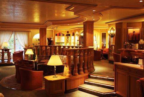 그린델발트 슈바이처호프 호텔은 로만틱호텔 체인으로 스위스 전통양식, 샬레호텔의 진수를 보여주는 가장 스위스 다운 5성급 럭셔리 호텔입니다.<BR> 1892년 이래로 가족경영 호텔로 가계를 이어 전통양식을 계승한 멋진 호텔로서 방에서 보는 융프라우와 아이거 뷰는 여러분들에게 색다른 체험을 선물할 것 입니다.